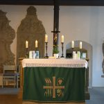 Evangelische Sankt Georgskirche Waltershausen - Altar mit brennenden Kerzen