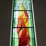Evangelische Erlöserkirche Saal an der Saale - Fenster mit Flamme über dem Altar