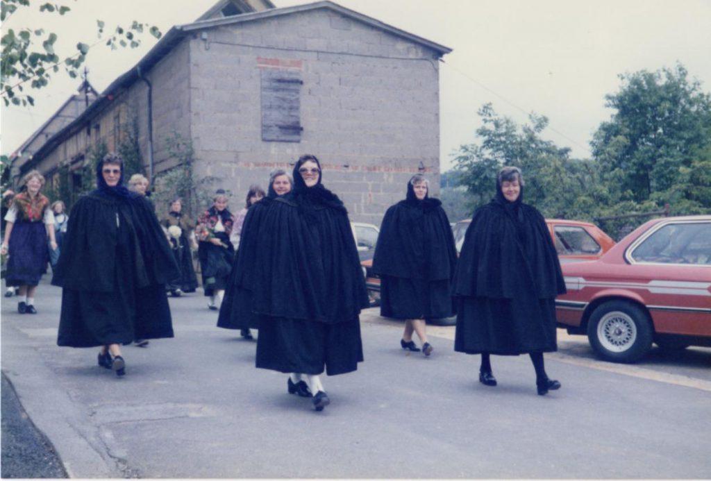 Geschichte der Sankt Georgskirche Waltershausen - älteres Foto mit Frauen aus Waltershausen mit Kirchenmantel