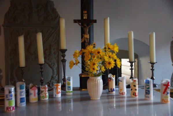 Geschichte der Sankt Georgskirche Waltershausen - neuer schlichter Altar mit Kerzen