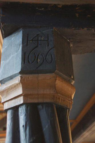 Geschichte der Sankt Georgskirche Waltershausen - Säule der Empore mi Jahrszahl