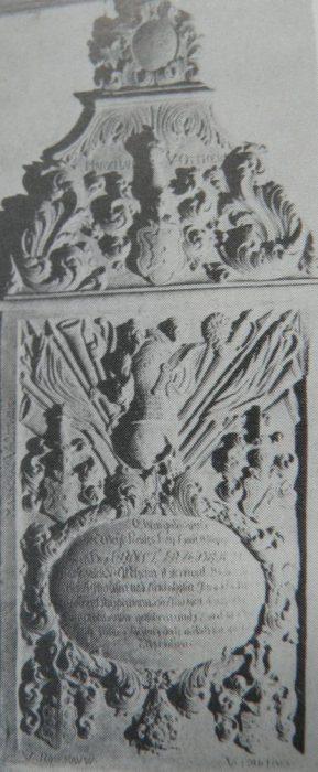 Geschichte der Sankt Georgskirche Waltershausen - Grabmal v. Ernst Friedrich M. v. O. (mit reichem Dekor an Waffen und Kriegsemblemen)