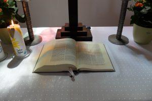Evangelische Erlöserkirche Saal an der Saale - aufgeschlagene Bibel auf dem Altar