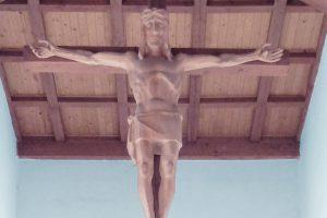 Evangelische Erlöserkirche Saal an der Saale - Beitragsbild mit hölzernem Jesus am Kreuz